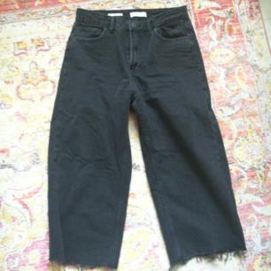Grå/svarta culottes från bershka i storleken 38! Grymt snygga endast använda 1 gång! Bra o tjock jeans material. Straightleg / mom-jeans