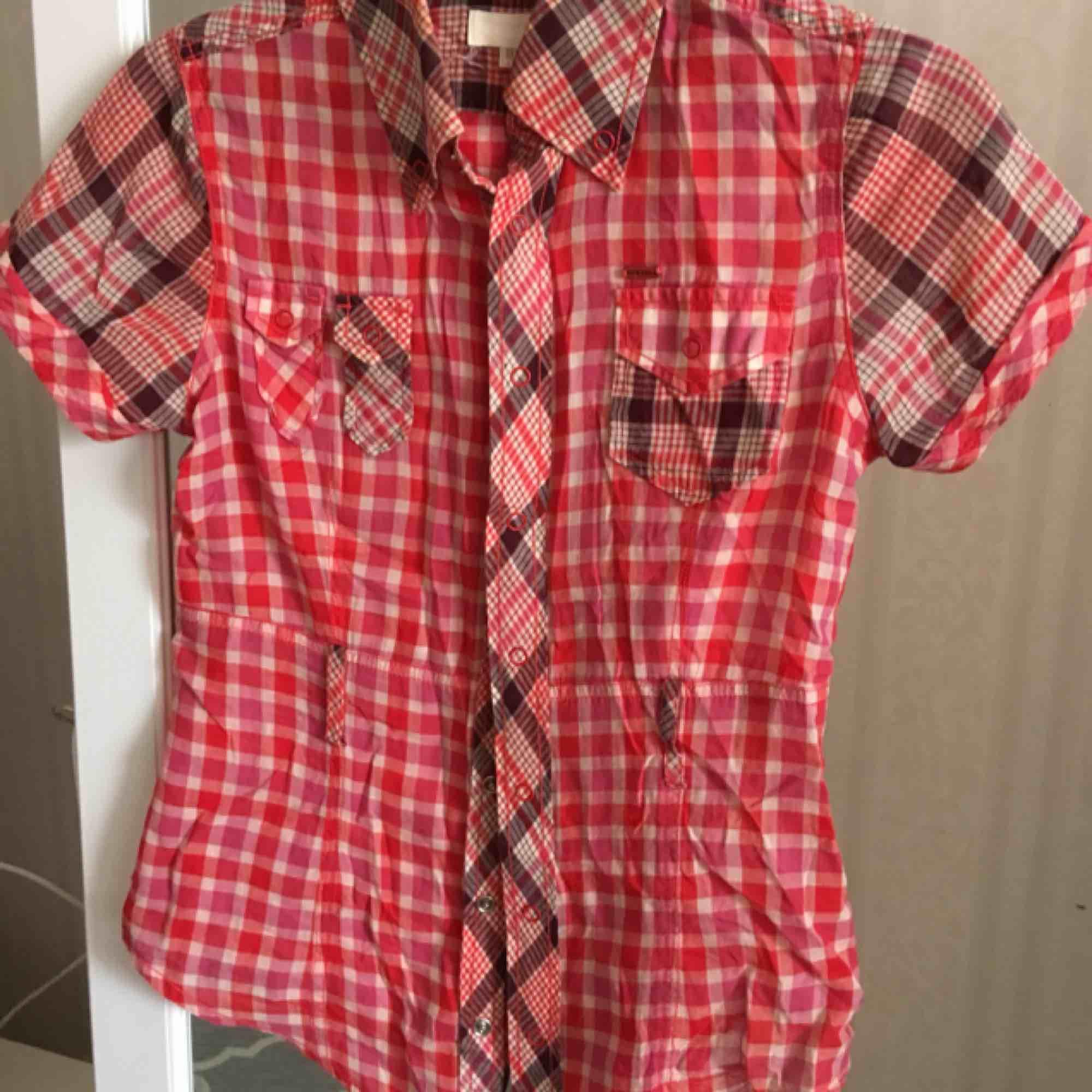 Säljer nu min diesel skjorta. Väldigt snygg och fortfarande klar i färgen. Ej sliten. Köpare betalar frakt eller så möts vi upp i Sthlm 💕. Skjortor.