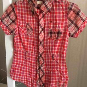 Säljer nu min diesel skjorta. Väldigt snygg och fortfarande klar i färgen. Ej sliten. Köpare betalar frakt eller så möts vi upp i Sthlm 💕
