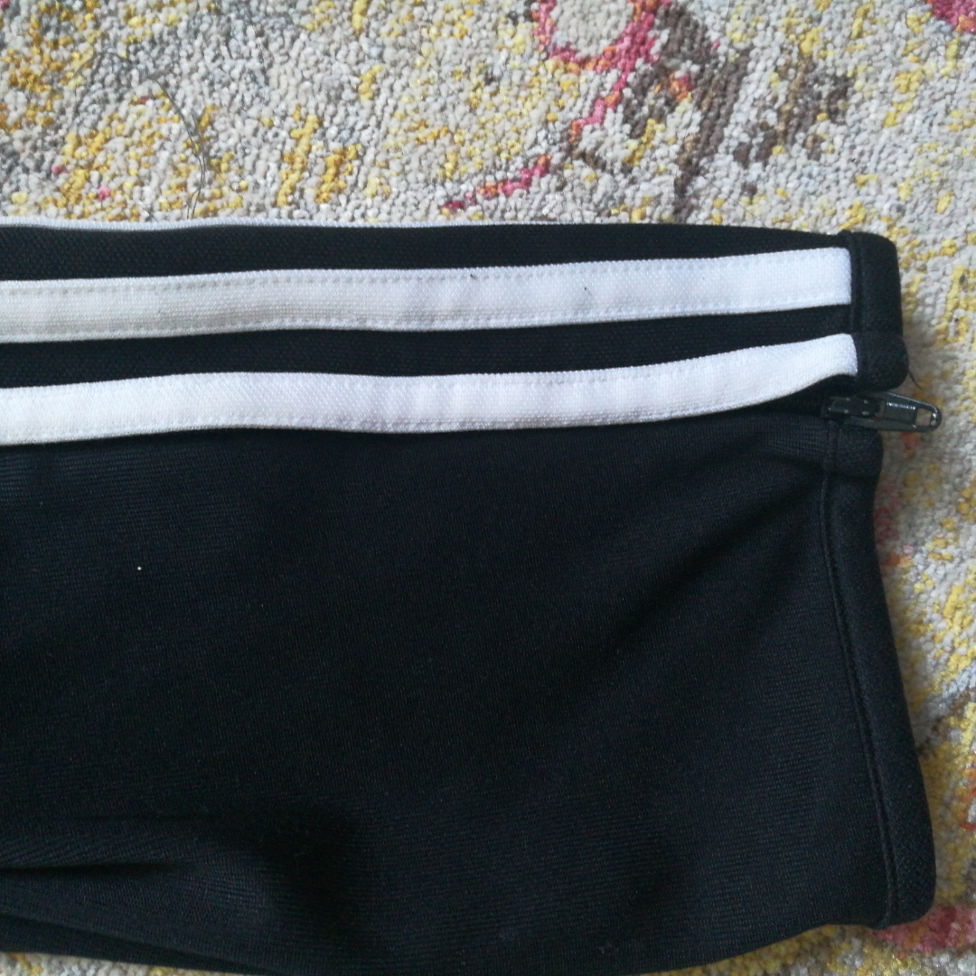 Adidas byxa/leggings med tragkedjor nere på benen och knytband uppe på midjan! Köpta på plick men passade inte mig tyvär. Använda 1 gång. Super snygga!. Jeans & Byxor.