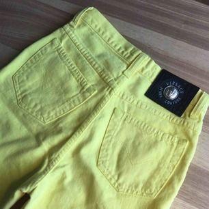 ingen aning om dom är äkta för köpte dom på en 2hand affär men väldigt bra jeans vilket som!! dragkedjan gick sönder så bytte den så det är en helt ny. versace loggan på alla knappar! jättefint skick benen är 63cm och midjan är 67~68cm