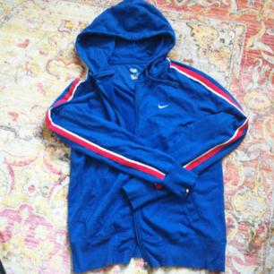 Superfin kofta/hoodie ! Från nike, blå med vit och röd rand på armarna. Knappt använd! Storlek M