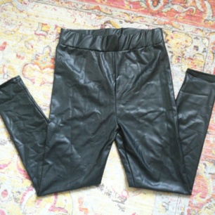 Läder leggings från boohoo, för små för mig, passar 36/38. HELT oanvända!