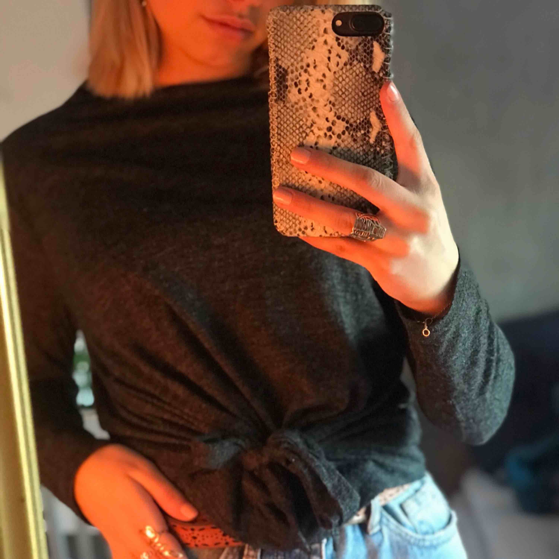En mörkgrå tröja från Zara. Använd ett fåtal gånger. . Tröjor & Koftor.