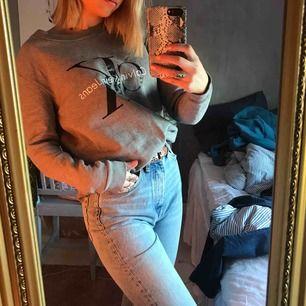 En collage tröja från Calvin Klein, använd ett fåtal gånger. Pris kan diskuteras!