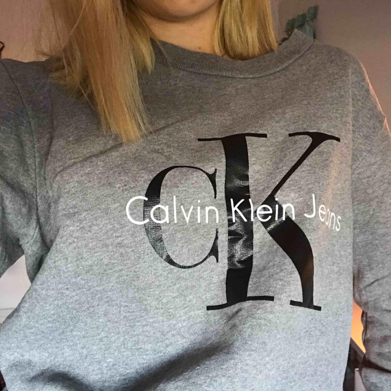 En collage tröja från Calvin Klein, använd ett fåtal gånger. Pris kan diskuteras!. Tröjor & Koftor.