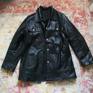Supersnygg svart läderjacka som jag har köpt secondhand! Väldigt tung och fin. Kostade 500 kr. Knappt använd! Har själv på mig storlek S men tycker om oversized kläder!