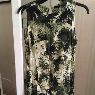 Knälång klänning från Åhléns använd ett fåtal gånger. Kan skicka fler bilder.