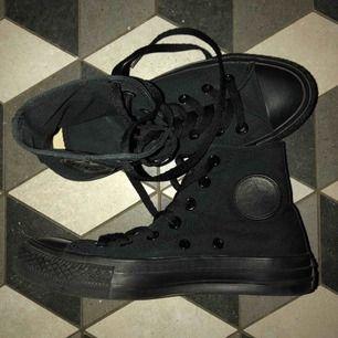Svarta chuck Taylor Converse i storlek 36. Dom är nästan som helt nya, har haft på mig dom max 2 gånger. (Köparen står för frakt/kan också mötas upp i Stockholm)