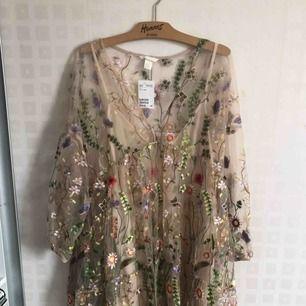 Väldigt vacker broderad klänning. Köptes för några månader sen men är helt oanvänd med prislappen kvar.  Storlek: M/L Nypris: 800kr Mitt pris: 500kr  Möts i Stockholm