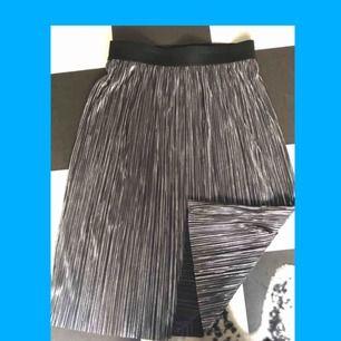 Silvrig kjol från Vero Moda. Aldrig använd (prislapp kvar.)  Storlek L Pris 65kr (nypris 250kr)  Kan mötas upp i Stockholm.