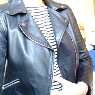 Oanvänd syntetjacka i skinnimitation från Zara. Bikermodell. Perfekt vår/höstjacka! Säljer pga fick en annan jacka i present och vill nu bli av med denna.