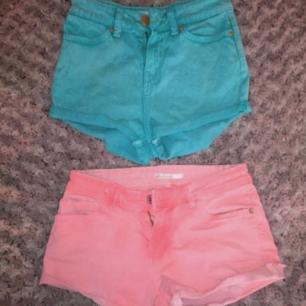 Två korall/färgglada shorts! Tight och kort modell, de blåa har hög midja. 200kr för båda. Från Zara och Stradivarius.
