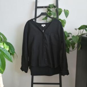 Helt oanvänd skjorta från Weekday! Möts upp i Stockholm eller fraktar för 65kr.