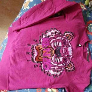 Kenzo tröja, köpt på galeries lafayette i Paris. Är i storlek XS men mer som S