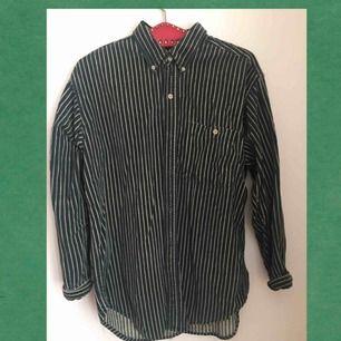 Snygg mörkgrön/randig skjorta i manchester.  Köpt på Beyond retro. Säljer pga använder inte tillräckligt!  140 inkl frakt :)