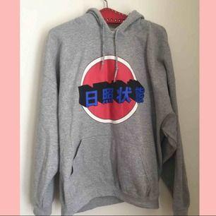 Oversize hoodie med tryck köpt på Urban outfitters. Väldigt bra skick.  Nypris: 500kr
