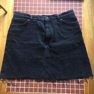 Högmidjad svart jeanskjol, från Monki. Har en klippt look. Inköpt förra sommaren och använd få gånger.  Hoppas den hittar hem till någon som vill använda den mer :)
