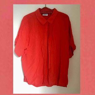 Oversize Skjorta från Weekday, stl L. Härlig röd färg!  130 inkl frakt :)