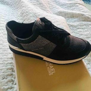 Sneakers Michael kors nya! Köpte i januari , men känner dem är lite stora för mig .  Hämta hos mig i Majorna  Jag kan skicka också