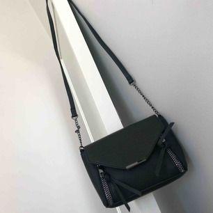 Liten svart väska, oanvänd.