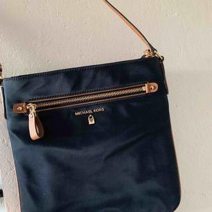 Äkta marinblå crossbody Michel kors väska med bruna läder detaljer. Har aldrig använt denna, och är som ny.  Köparen står för frakten 💘