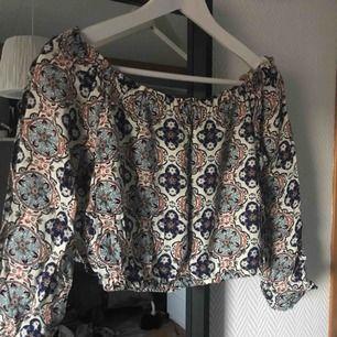 Off-shoulder topp med ett jättefint mönster, perfekt till sommaren. Säljer då jag aldrig använder den längre. I priset är frakten inkluderad, 100kr🌿 Betalning med Swish.