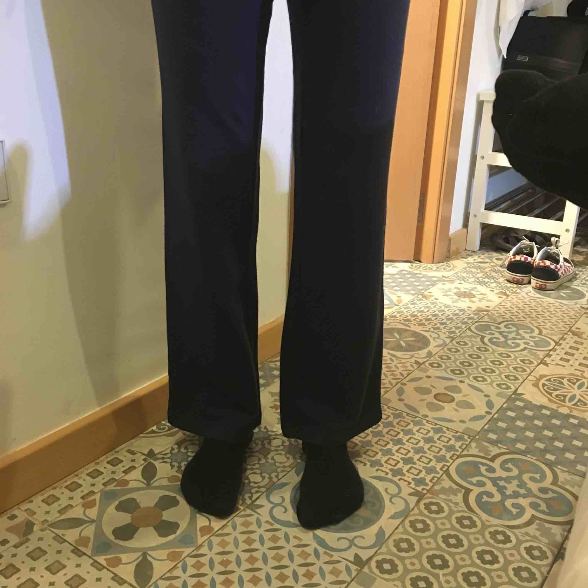 Säljer dessa sprillans nya, aldrig använda snygga raka mjukisar!! Jättesköna och fint material men tyvärr fel storlek för mig;-( . Jeans & Byxor.