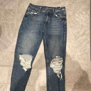 Fina jeans från bik bok! Stora hål vid knäna och har som en mom jeans fit. Kan mötas upp och fraktas
