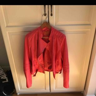 En röd skinnjacka som är strl XL men är mer som M,köparen står för frakt