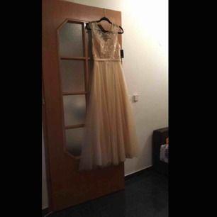 Jag säljer nu min balklänning, som är använd 1 gång. Klänningen är i ett fint skick. Den är guld och i storleken M