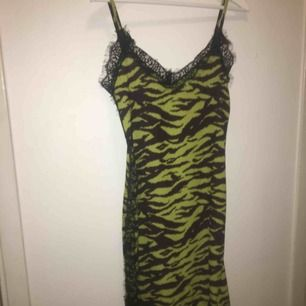 Super snygg klänning som tyvärr inte passade mig :( så den är endast provad 1 gång. Frakt tillkommer!