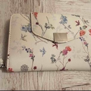 Stor plånbok helt oanvänd! Jättefin. Fler bilder kan skickas på i sidan om så önskas.