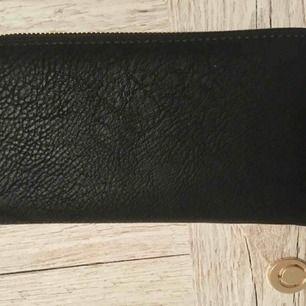 Oanvänd svart plånbok! Köparen betalar frakt eller så möts vi i Stockholm 💕