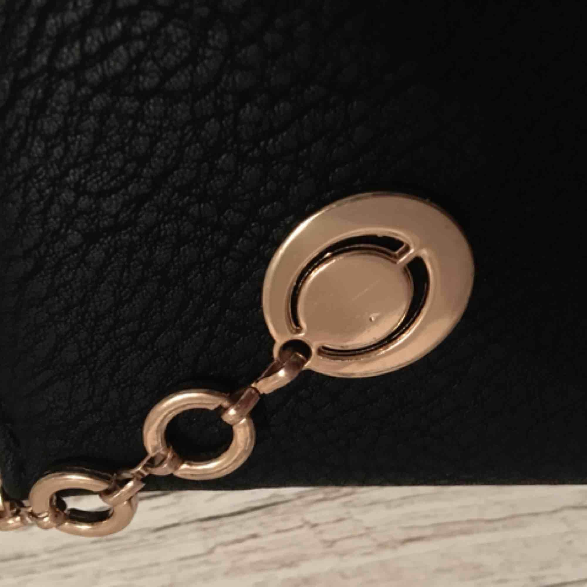 Oanvänd svart plånbok! Köparen betalar frakt eller så möts vi i Stockholm 💕. Accessoarer.