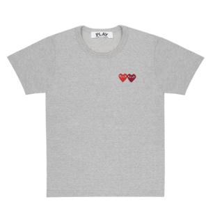 Säljer denna helt nya t-shirt från Comme des garçons. Aldrig använd med lapparna kvar. Fick den i present så har tyvärr inget kvitto. Köpt på farfetch för över 1000kr (denna i den gråa versionen har de inte kvar på sidan längre). Står L i den men de är kända för att ha små storlekar så den är mer som en M. 🌼🌷🐝 Skickar såklart mer bilder om så önskas!