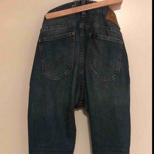 Ett par LEE-jeans i modellen Luke, storlek 30/30.  De är använda, men bra skick ändå.  Originalpriset på dessa jeansen är 1000 kr.  Priset kan ändras, men sedan tillkommer även frakten. Säljer för att de är för små för mig.  Skriv om du har någon fråga.