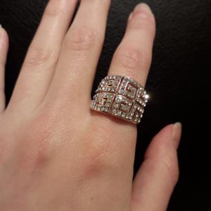 Bronzfärgad Ring täckt i kristallbling! Fått i present, men glider tyvärr av(för stor). Jag har ca S, och ringen är ngn mellanstorlek: S/M. Frakt: 9:-