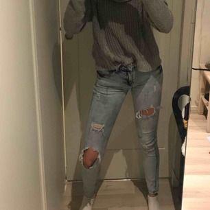 Snygga slitna jeans i storlek 25 - passar XS. Helt felfria förutom lappen som är sliten, vet inte varför då de inte är särskilt använda. Möts i slussen eller så tillkommer frakt.