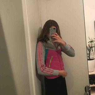 Adidas collegetröja med rosa ränder. Barnstorlek men skulle säga att den motsvarar en xxs (jag är normalt en s). Möts upp i slussen eller så tillkommer frakt.