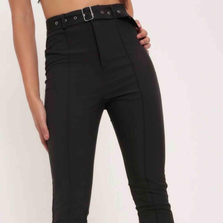 Sælger disse SKIT smukke bukser i farven BLACK med pris tag venstre !!. Jeans & bukser.