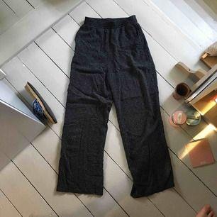 Jättesköna byxor perfekta till sommaren. Ganska mycket använda men fint skick!