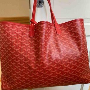 Stor väska i läderimitation. Röd ska likna Goyard. Samma mått som Large Goyard.  Har haft denna som handbagage rymmer väldigt mycket, knappt använd då den inte är min stil.