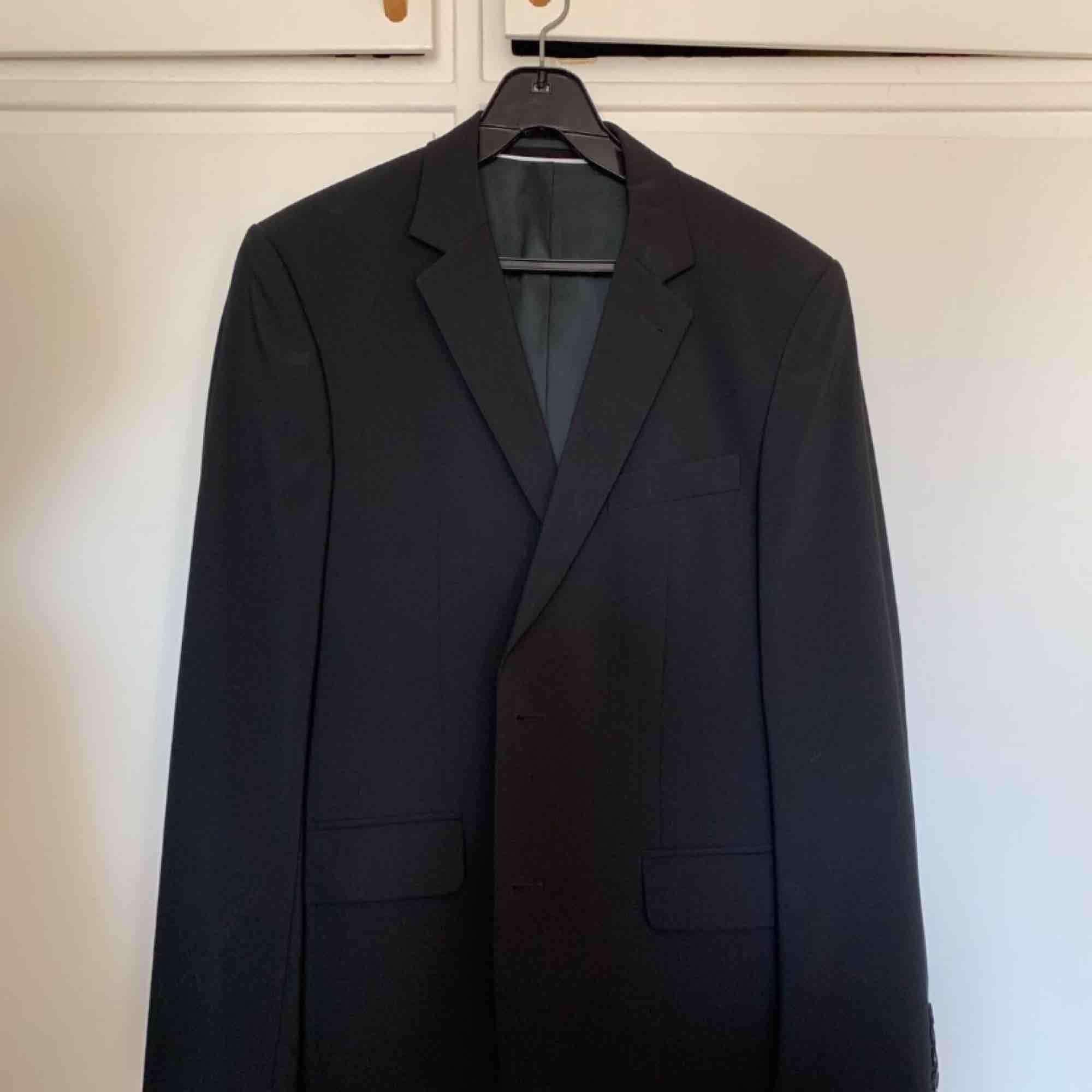 Svart herrkostym från Riley. Köpt på Brothers för ett par år sedan för ca 3000:-, men bara använd två gånger så den är i nyskick.  Kavaj storlek 48 Kostymbyxor storlek 50  Kan hämtas i Malmö eller skickas om köparen står för frakten:) . Kostymer.