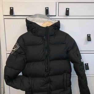 Kort dunjakke i sort fra D.Brand, model Eskimå. Perfekt i løbet af efteråret og foråret! Kan sendes. Bud går godt 🌸
