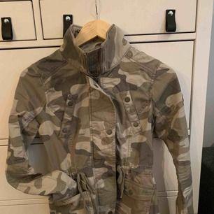 Hollister camo jakke, tynd, perfekt til forår eller sommer. Høj krave og store lommer. Vil blive sendt