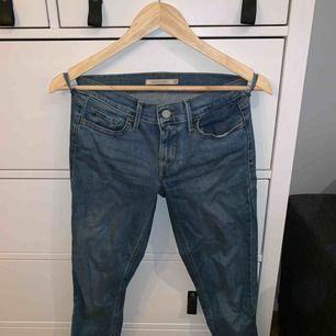 Levis 710 jeans, knappt använda då de inte passar i längd, frakt ingår! De är storlek 25/30 men funkar på 26/30 pga stretchen. 🌸
