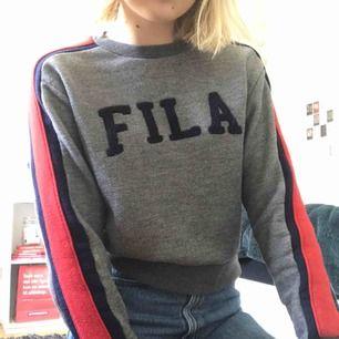 Skön sweatshirt från Fila, använd ett par få gånger och ser ut helt som ny. Sitter som en XS och går lite längre än vad mina jeans slutar på mig som är 170 cm. Nypris ca 400kr.
