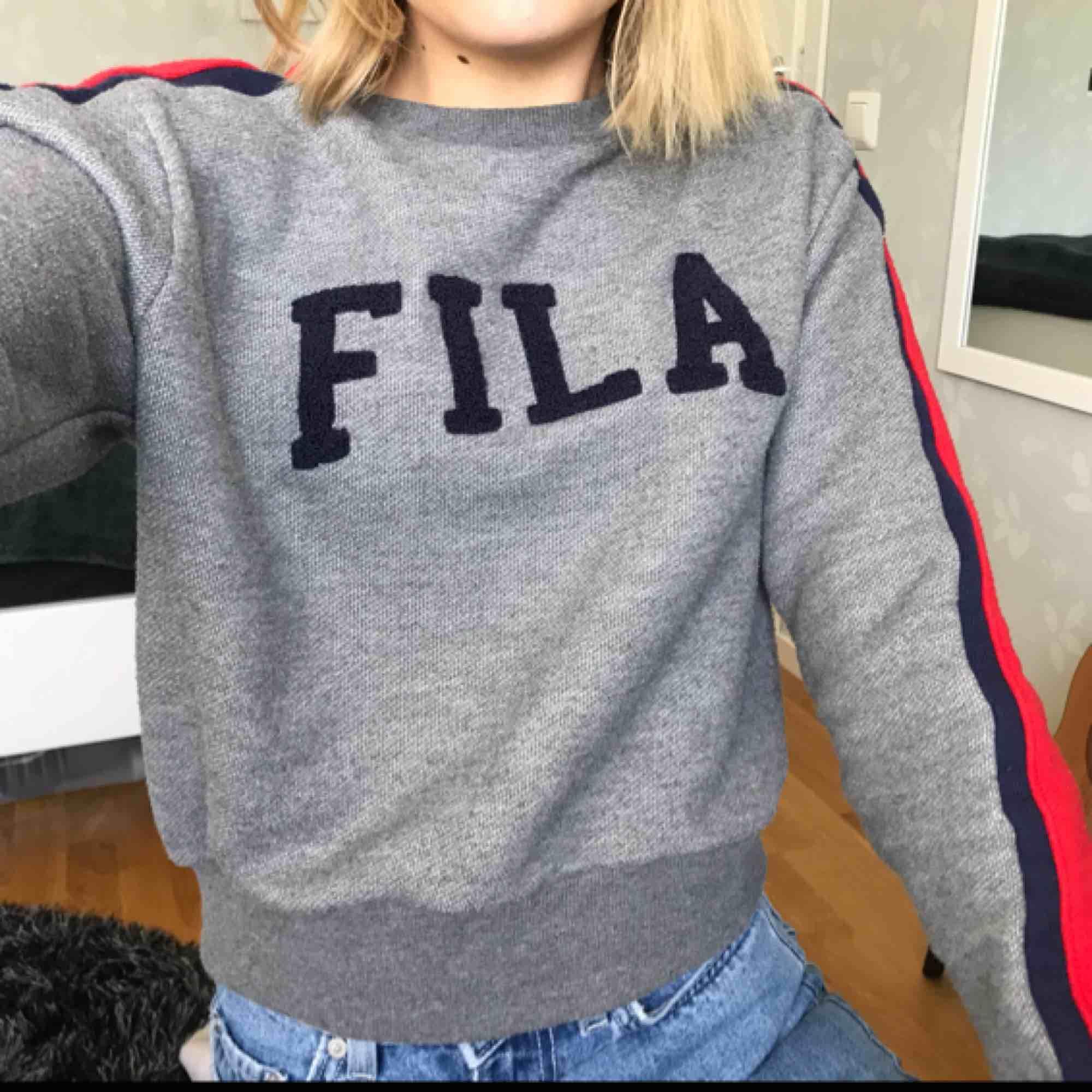 Skön sweatshirt från Fila, använd ett par få gånger och ser ut helt som ny. Sitter som en XS och går lite längre än vad mina jeans slutar på mig som är 170 cm. Nypris ca 400kr.. Huvtröjor & Träningströjor.