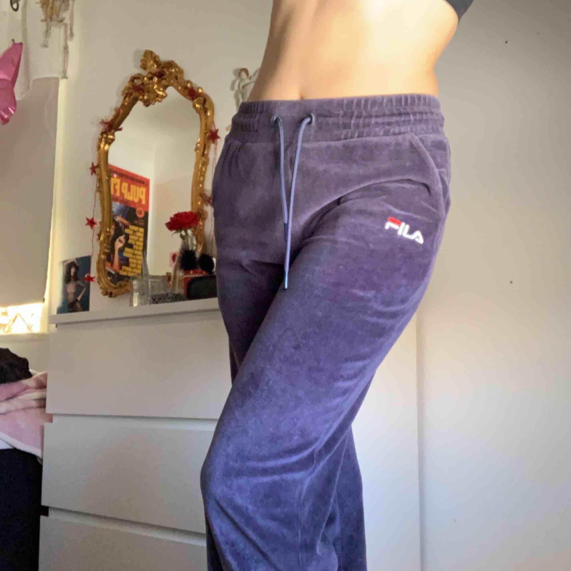 Fila sweatpants i sammet, dom är mer blå irl , fint skick!. Jeans & Byxor.